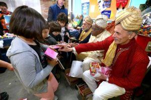 Los Reyes Magos reparten regalos a niños en Los Ángeles
