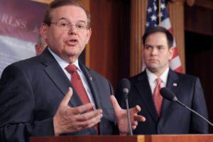 Senador Menéndez se opone a exportar petróleo de EEUU