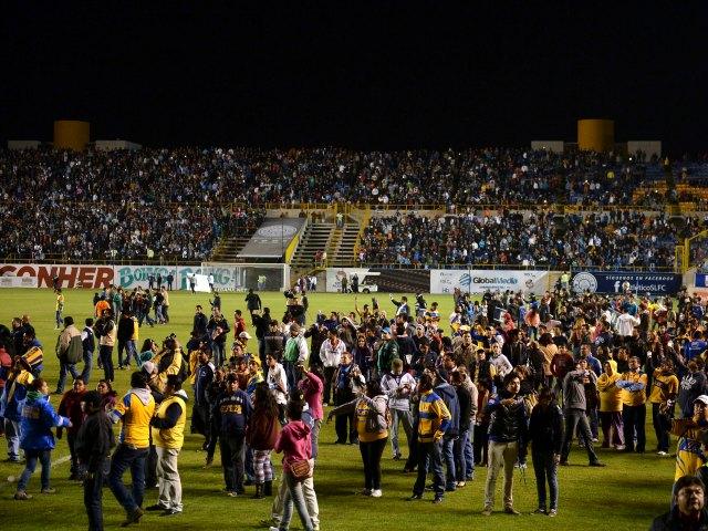 Violenta bronca empaña la Copa MX en San Luis (Video)