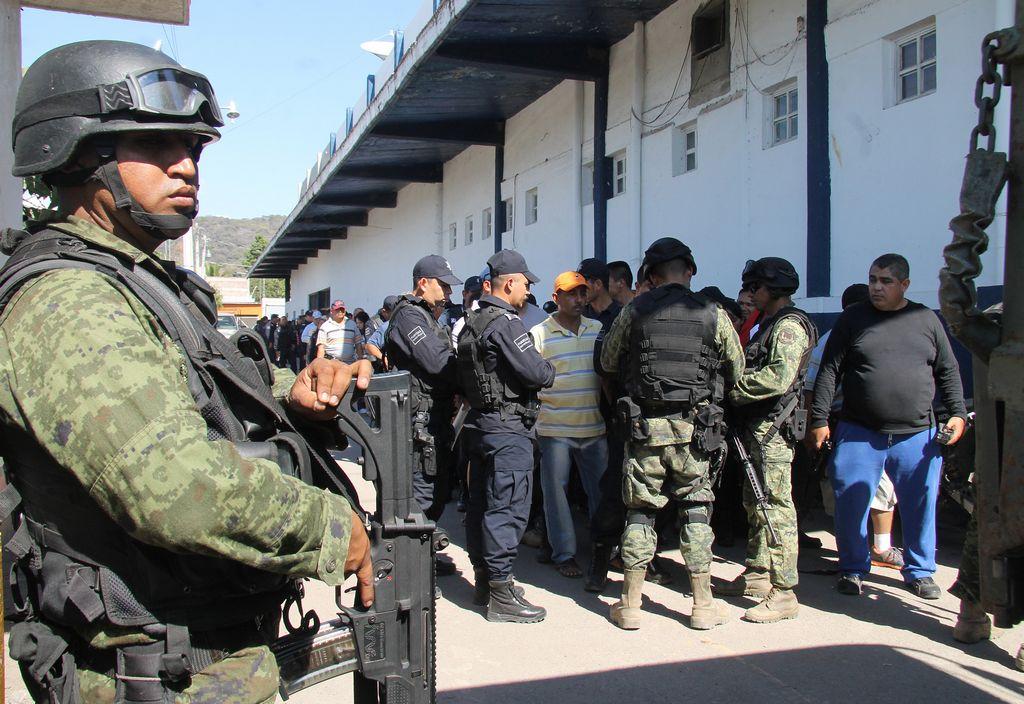 La policía custodia las inmediaciones de la alcladía de Pradera tras el ataque de la guerrilla colombiana.