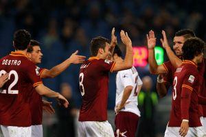 Roma vence 3-0 a Livorno y acecha a la Juve (Video)