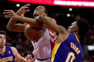 Frenan los Lakers ímpetu de Raptors
