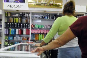 Cubanos se quejan por escasez de desodorante y pasta dental