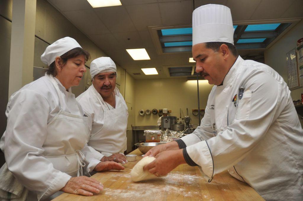 El CET ayuda a estudiantes jóvenes y adultos, literalmente, poner el pan sobre la mesa.