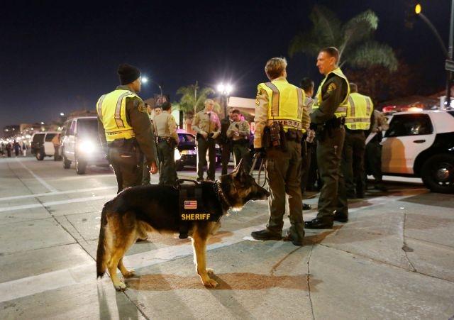 Alguaciles del Dpto. del Sheriff de Los Ángeles patrullan en una calle de Pasadena.