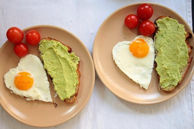 Los moldes para galletas te pueden ayudar a crear huevos divertidos.