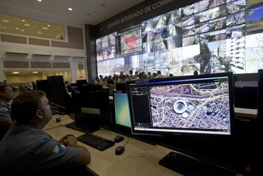 Oficiales de la policía vigilan el estadio Maracaná en el Centro Integrado de Comando y Control en Río de Janeiro.