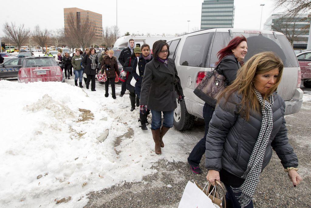 Ciudadanos que se encontraban en Columbia Mall al momento del tiroteo fueron desalojados del lugar.