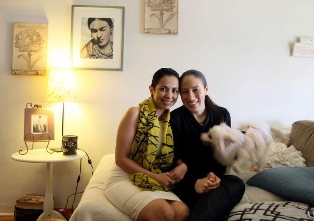 Patricia y Cristine García en su apartamento del Este de Los Ángeles.