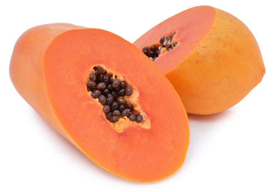 Delicioso postre bajo en calorías: Papaya con frutas rojas