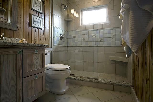 Algunos elementos pueden hacer que tu baño se vea más espacioso.