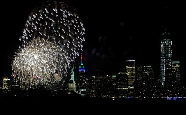 Fuegos pirotécnicos se ven sobre Nueva York, desde Nueva Jersey, como parte del arranque de eventos para el Super Bowl XLVIII.