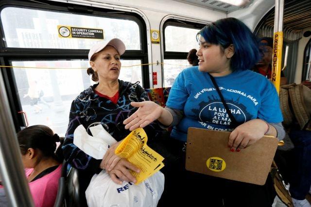 Chely Barboza (derecha) habla con los pasajeros sobre el aumento de la tarifa del Metro.