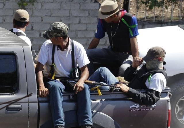 Un grupo de las autodefensas cuando esperaba instrucciones en una trinchera  en el poblado de Antúnez en Michoacán (México).