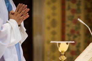 """""""Nos abusaba y nos hacía ver abusos de otras niñas"""". Víctimas de sacerdotes relatan su calvario"""