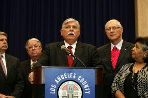 El nuevo sheriff de LA tiene mala reputación entre inmigrantes