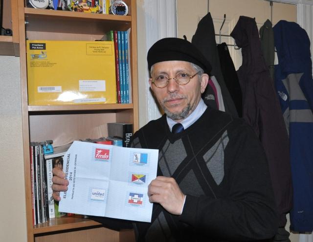 El salvadoreño Héctor Sermeño, profesor de inglés en  Brooklyn, muestra su papeleta de votación a las elecciones  de su país.