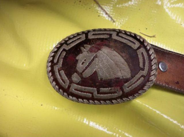 Hebilla de un cinturón hallada enel cuerpo de un hispano decapitado, encontrado en una zona alejada del noroeste de Wyoming. Las autoridades buscan ayuda para identificar a la víctima.