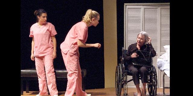 """De izq. a der., los actores Álex Ximénez, Marquel Skinner y Susan Davis en """"A Cat Named Mercy'""""."""
