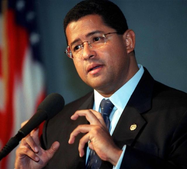 El ex presidente salvadoreño Francisco Flores hablando con reporteros en el Club de Prensa Nacional, en Washington, D. C.