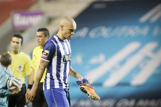 Maicon, del Porto, sale decep-cionado por la derrota.