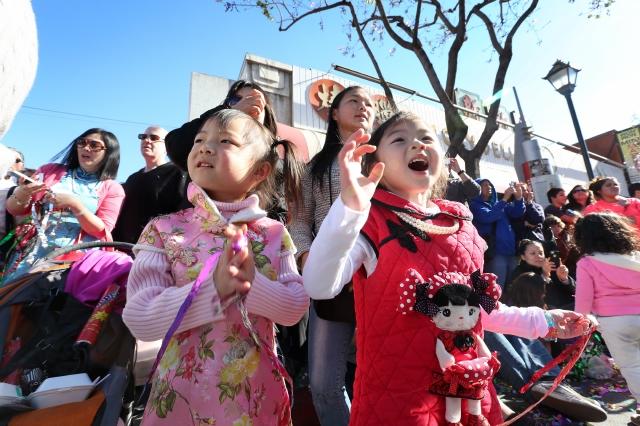 Angelinos dan la bienvenida al Año del Caballo