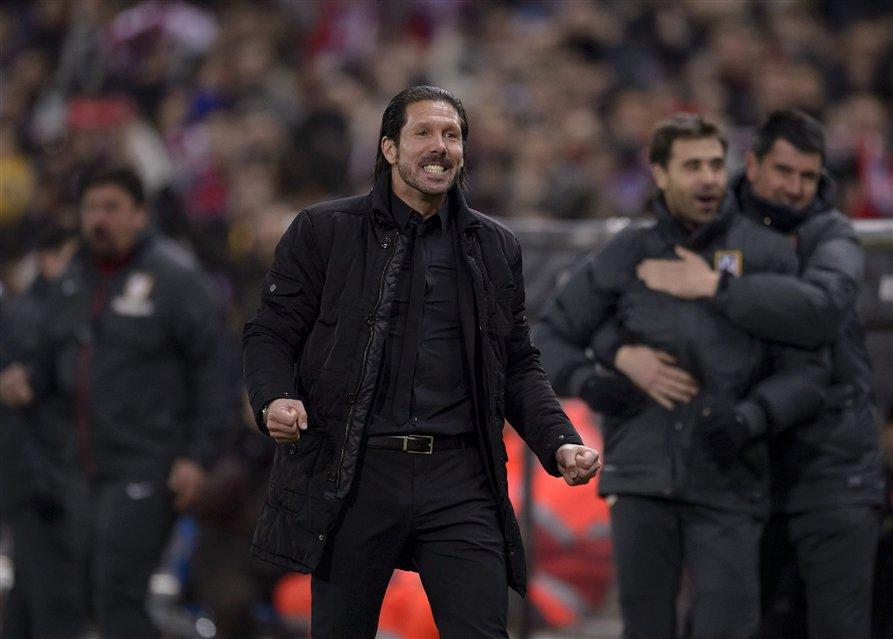 Atlético trepó a la punta como tributo a Aragonés