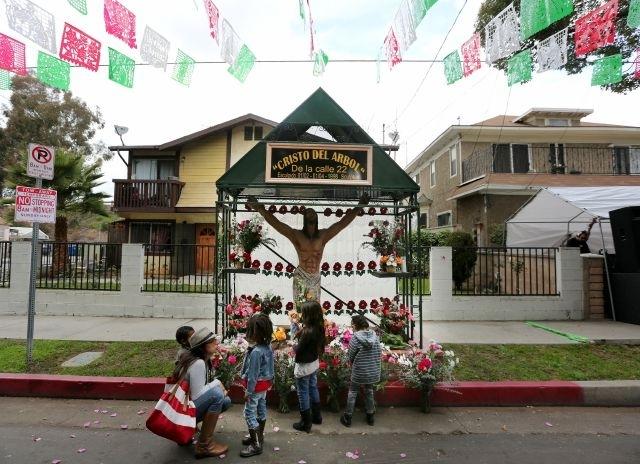 """Vecindario del sur de LA venera cada año al """"Cristo del árbol"""""""