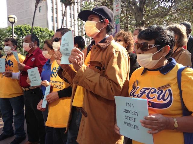 Trabajadores de supermercado exigen días de enfermedad