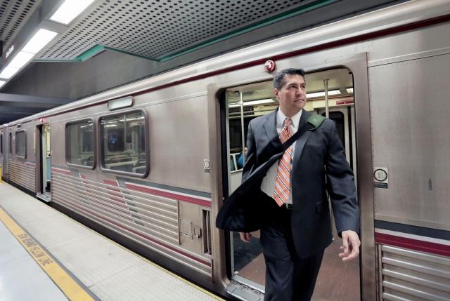 Concejal de Los Ángeles cambia el auto por el tren