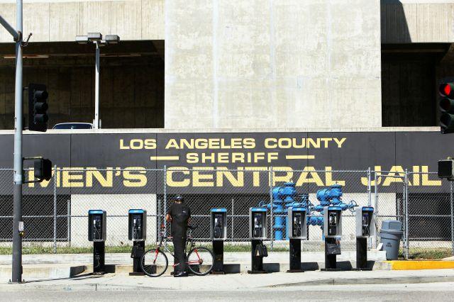Más alguaciles de LA enfrentan cargos por maltrato a presos