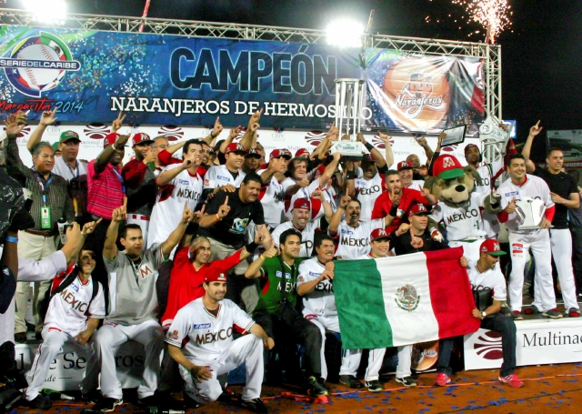 El plantel de Naranjeros de Hermosillo disfruta luego de recibir el trofeo de campeones  de la  Serie del Caribe 2014 en el Nueva Esparta.