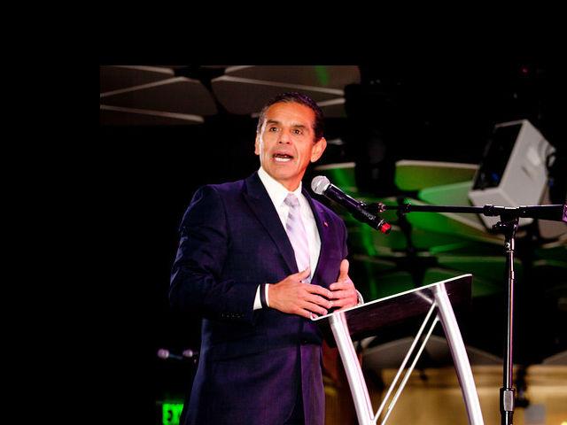 Antonio Villaraigosa se une a Estrella TV