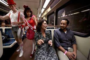 El amor viaja en el tren de Los Ángeles (fotos)