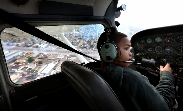 Niños de Compton pilotean aviones y escapan de violencia
