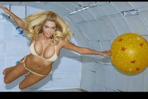 Kate Upton desafía la gravedad en sexy bikini (video)
