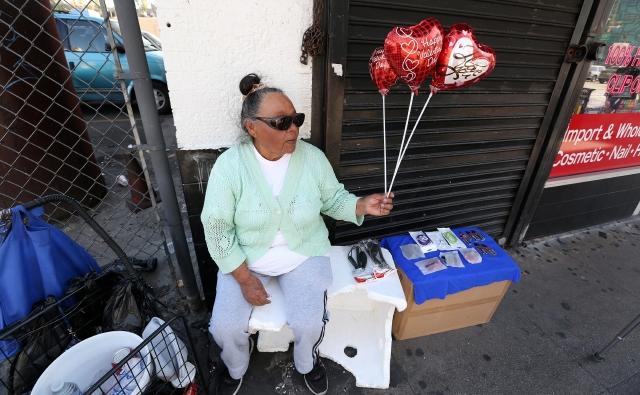 Salvadoreña con 80 años aún trabaja en el centro de LA