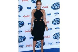 Jennifer López enseña curvas en fiesta de 'American Idol'
