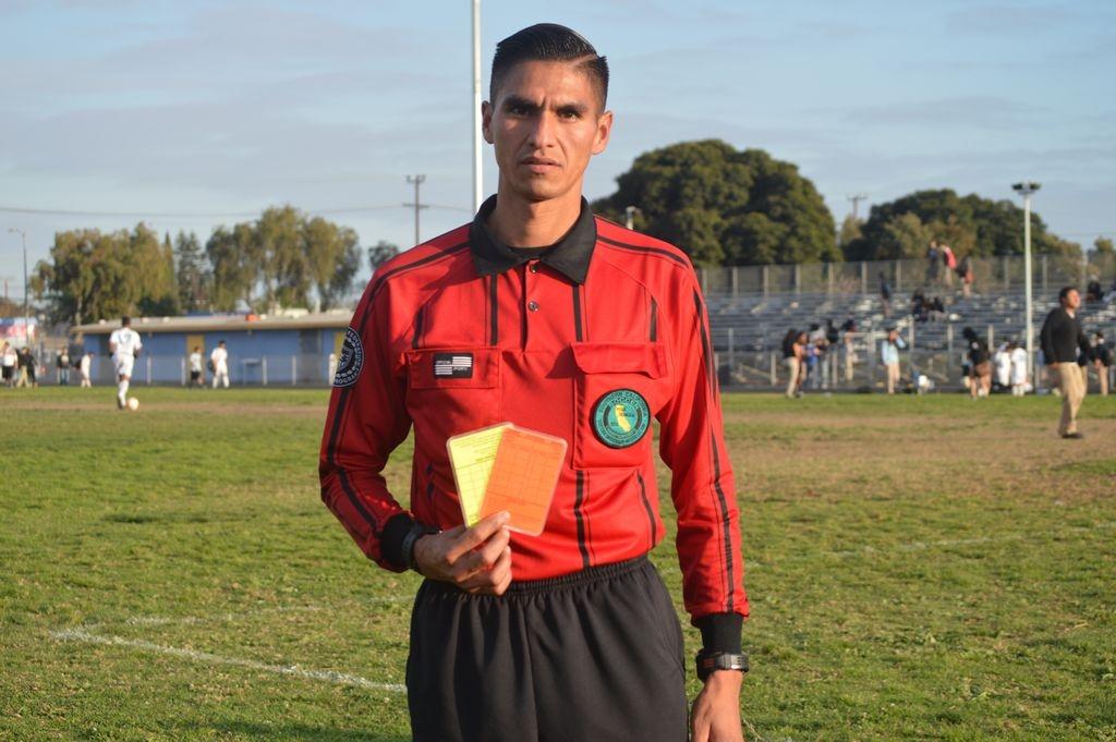 Vive su amor por el fútbol como árbitro, entrenador y ex jugador