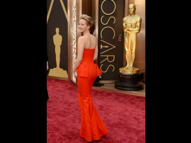 Jennifer Lawrence repite caída en los Oscar