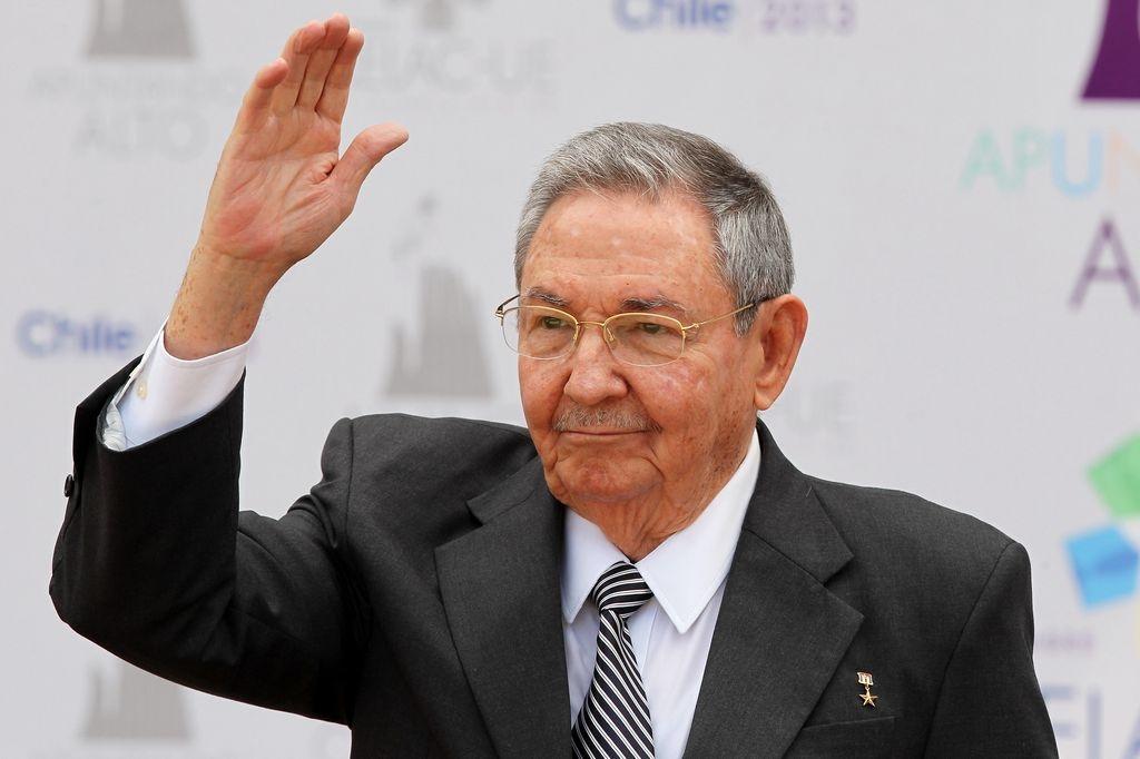 Castro participa en el homenaje del primer aniversario de la muerte de Chávez.