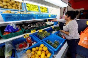 Madre e hija latinas en Boyle Heights venden comida saludable