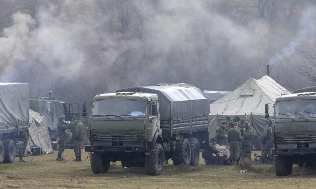 Militares armados permanece cerca de un acceso a la base militar situada en Perevalnoye, cerca de Simferópol, en Crimea, ayer.