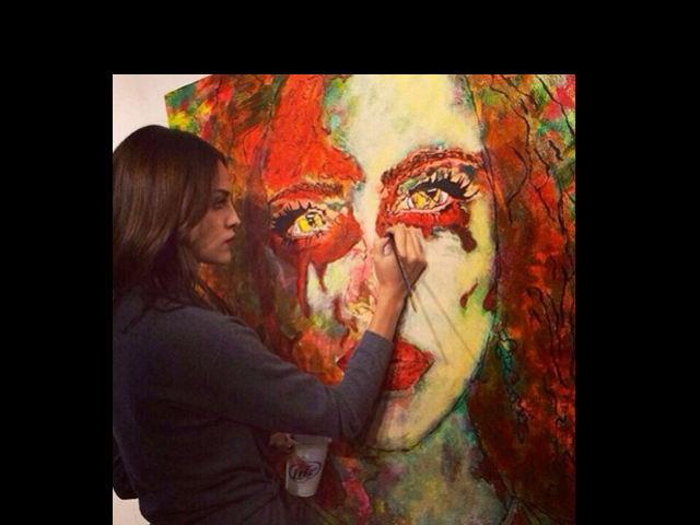 Eiza González demuestra sus dotes como pintora