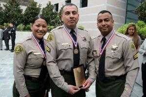 Honran a policías latinos de LA por combatir el racismo