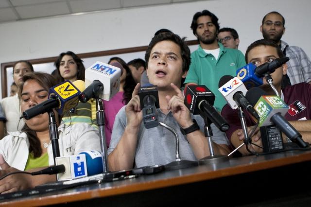 Carlos Vargas (cen.), de la Universidad Católica Andres Bello, hablaba ayer,  en rueda de prensa en la Universidad Humbolt, en Caracas.
