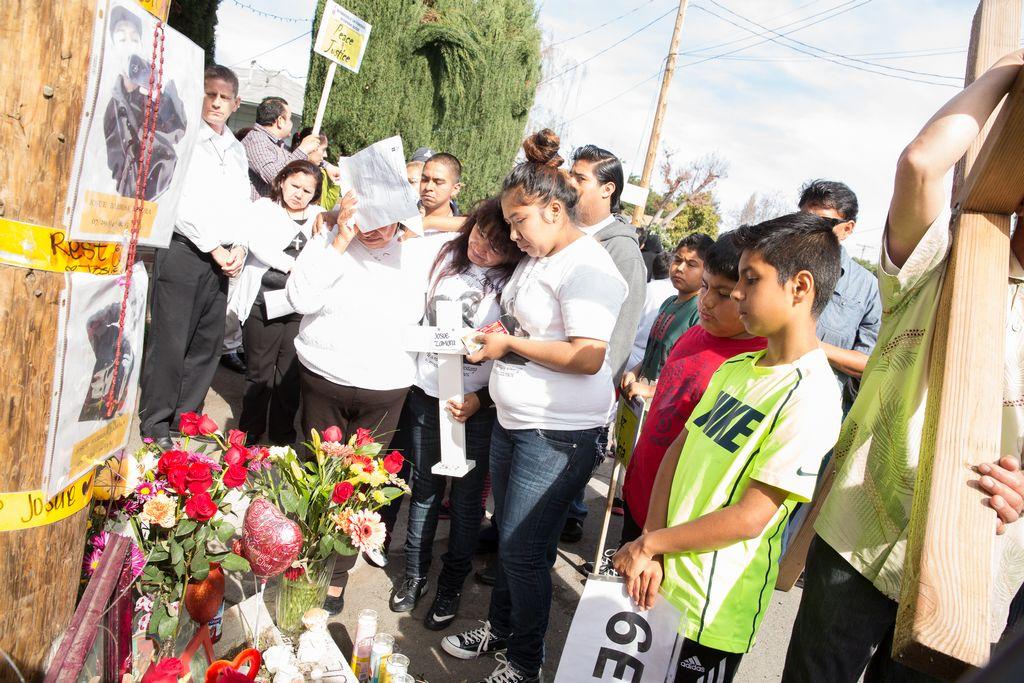 Comunidad coloca veladoras y rezos en el lugar donde fue baleado el joven hispano Josué Barbosa Zamora en East Palo Alto.