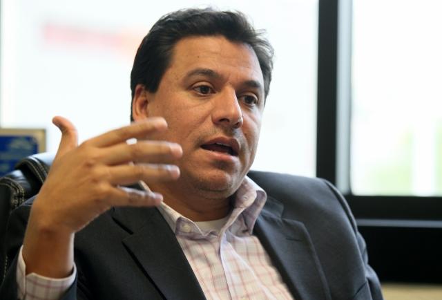 Dejan sin sueldo al concejal Huizar por acusaciones de corrupción