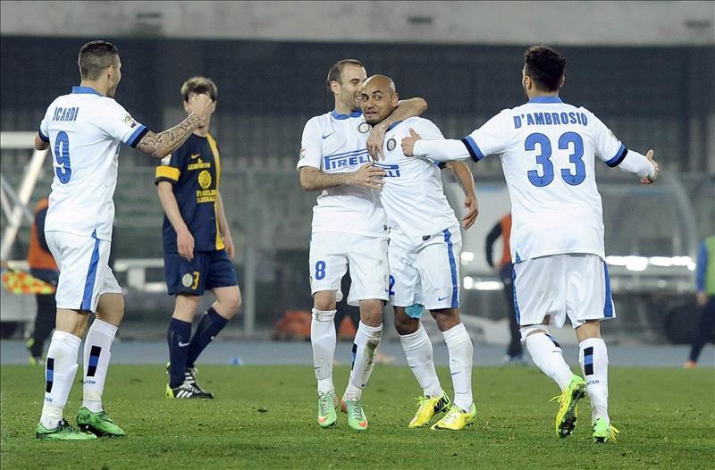 El jugador del Inter Jonathan (c) celebra con sus compañeros uno de los dos goles del Inter durante el partido de la Serie A que ha medido a Hellas Verona e Inter Milan en el Bentegodi stadium de Verona, Italia.