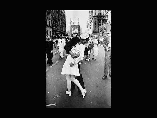 """V–J day in Times Square, la foto tomada el 14 de agosto de 1945 por Alfred Eisenstaedt para la revista """"Life""""."""